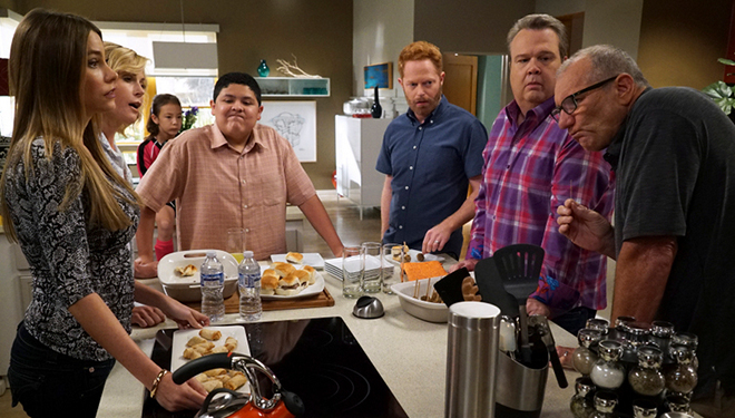 'Modern Family' Episode Guide (Dec. 9): The Family Celebrates Christmas at a Cabin